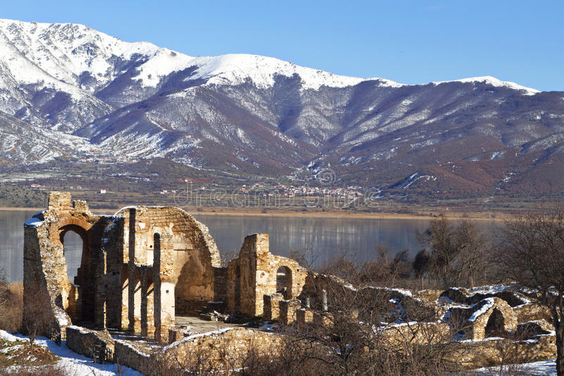 Rovine bizantini della chiesa a Prespes, Grecia immagine stock