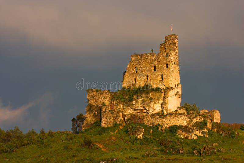 Rovine del castello ad una luce di tramonto fotografie stock libere da diritti