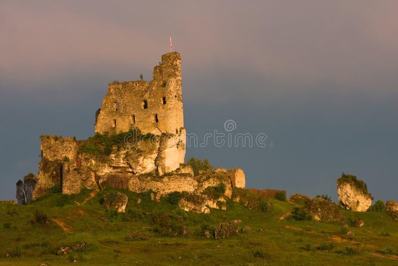 Rovine del castello ad una luce di tramonto immagine stock