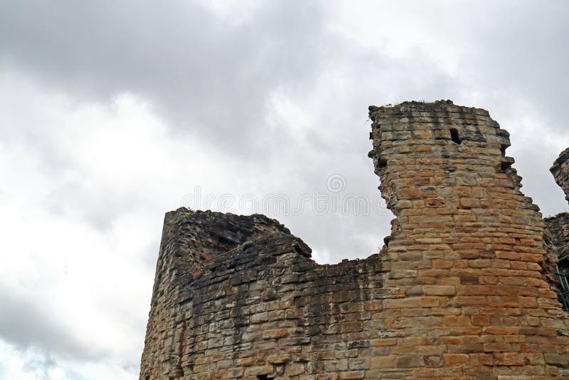 Rovine del castello contro il cielo nuvoloso immagine stock