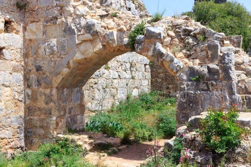 Rovine del castello di Montfort in Israele nordico Passaggio incurvato attraverso i corridoi fotografia stock