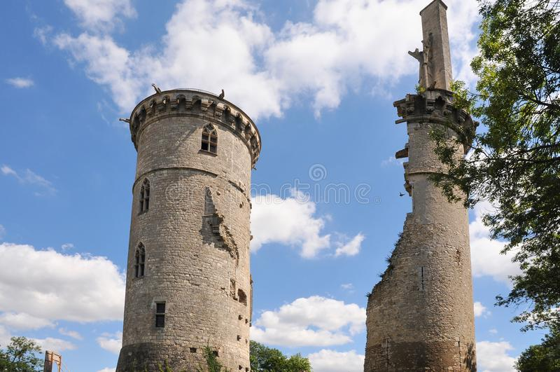Rovine del castello nel sur Yevre di Mehun immagini stock