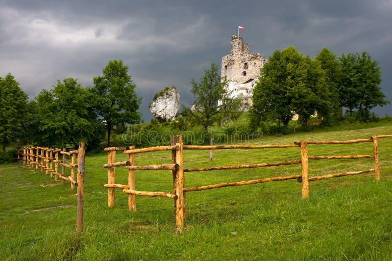 Rovine del castello in Polonia immagini stock libere da diritti