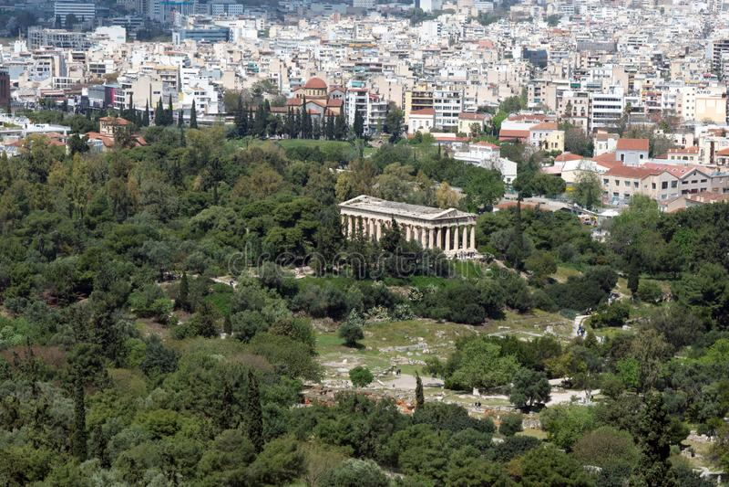 Rovine del greco antico fra erba verde fertile Acropoli, Atene, Grecia fotografia stock