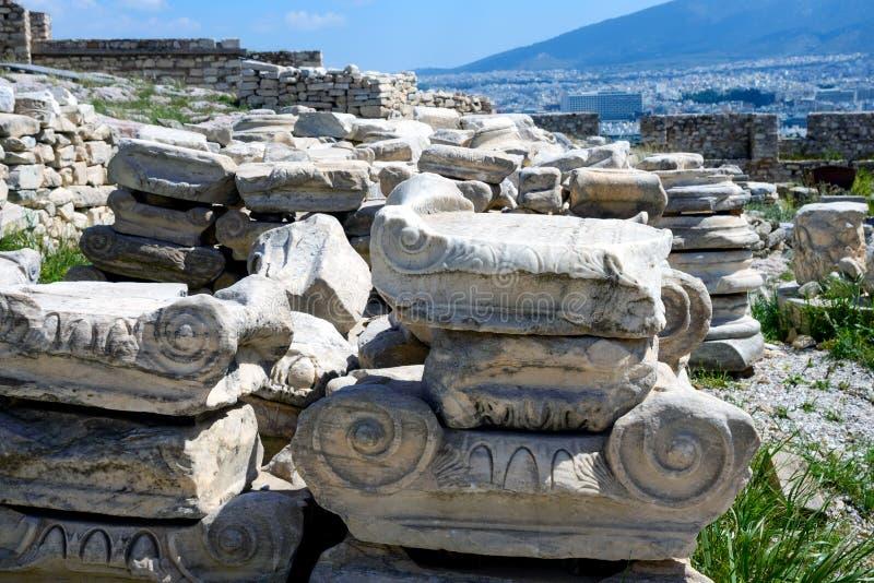 Rovine del greco antico, rovine in mezzo di erba verde fertile Acropoli, Atene, Grecia immagine stock