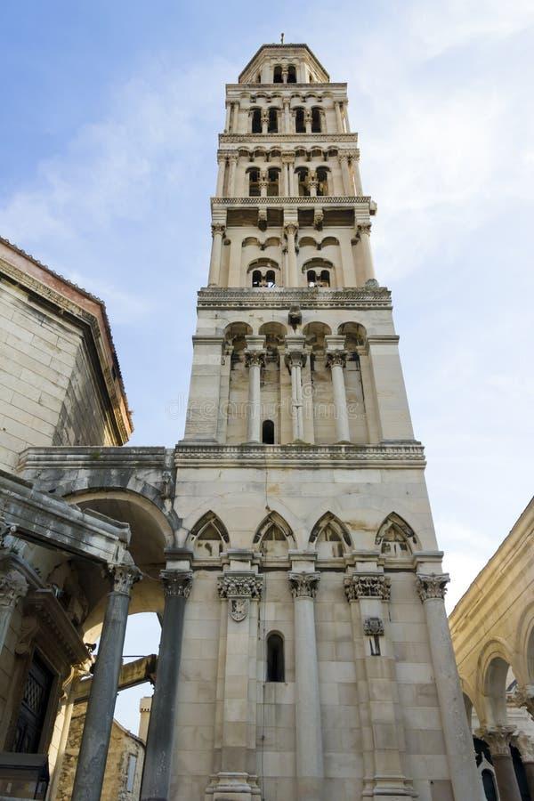 Rovine del palazzo di Diocleziano e campanile della cattedrale, spaccatura, fotografia stock
