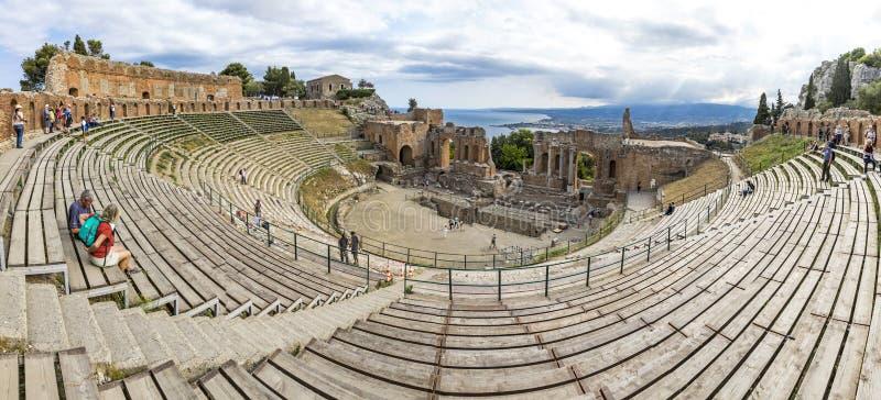 Rovine del teatro del greco antico in Taormina, Sicilia, Italia fotografia stock libera da diritti