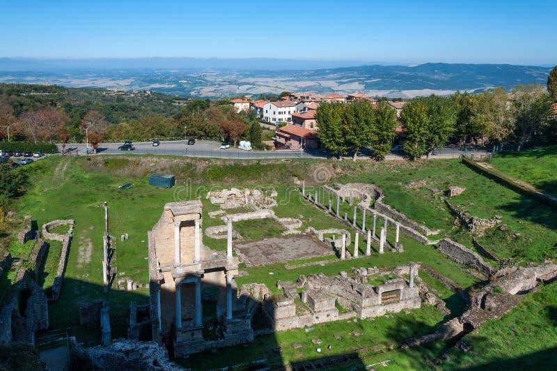 Rovine del teatro romano antico in Volterra, Toscana, Italia immagini stock