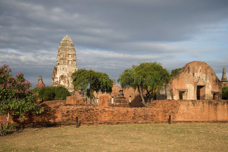 Rovine del tempio buddista antico del sole di Wat Ratchaburana Wat Rat Burana di mattina Ayutthaya, Tailandia immagini stock