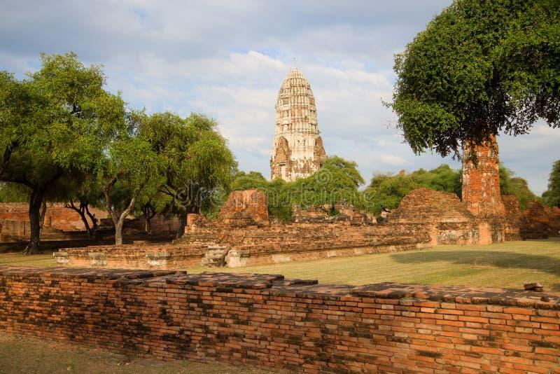 Rovine del tempio buddista antico di Wat Ratchaburana Wat Rat Burana Ayutthaya, Tailandia fotografia stock