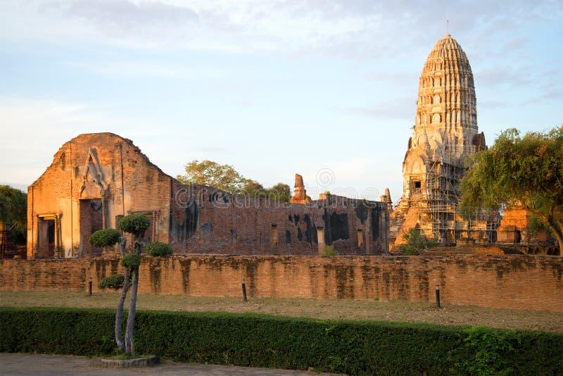 Rovine del tempio buddista antico di Wat Ratchaburana Wat Rat Burana sull'alba Ayutthaya, Tailandia fotografie stock