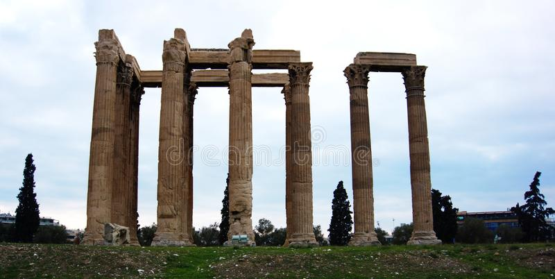 Rovine del tempio dell'olimpionico Zeus a Atene, Grecia fotografia stock