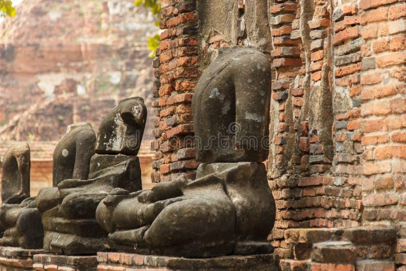 Rovine del tempio di Wat Mahathat e delle statue decapitate di Buddha Ayutthaya, Tailandia fotografia stock