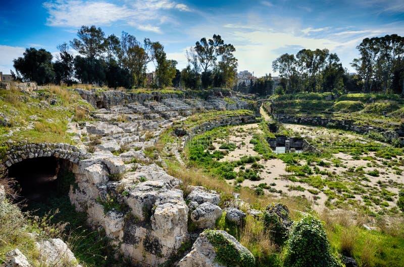 Rovine dell'anfiteatro romano a Siracusa Neapolis fotografia stock libera da diritti
