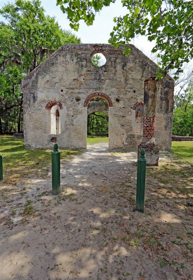 Rovine della cappella di facilità vicino a Beaufort, Carolina del Sud vertic immagini stock