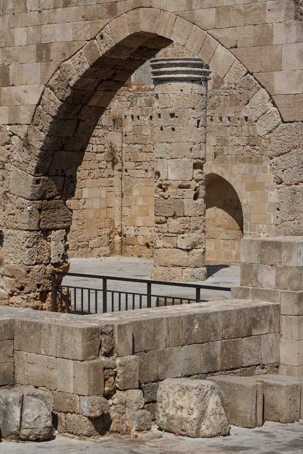 Rovine della chiesa gotica nel centro storico della città di Rodi fotografia stock