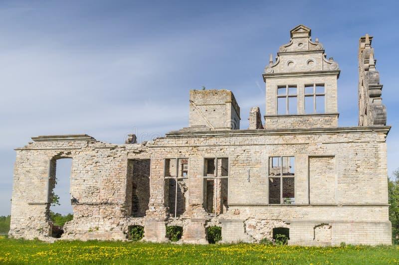 rovine della costruzione di Neo-barocco della proprietà terriera di Ungru, Estonia fotografia stock