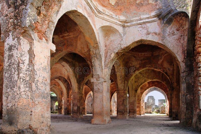 Rovine della moschea sull'isola di Kilwa Kisiwani, Tanzania fotografie stock libere da diritti