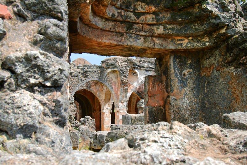 Rovine della moschea sull'isola di Kilwa Kisiwani, Tanzania fotografia stock libera da diritti