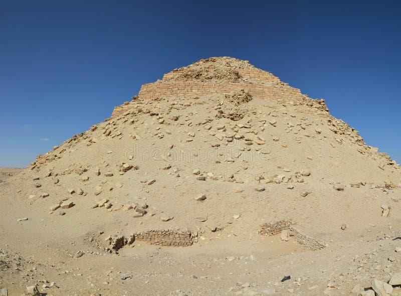 Rovine della piramide coperte di sabbia fotografia stock