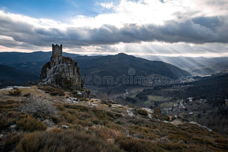 Rovine della torre e una valle chiarita dai lightbeams fotografia stock