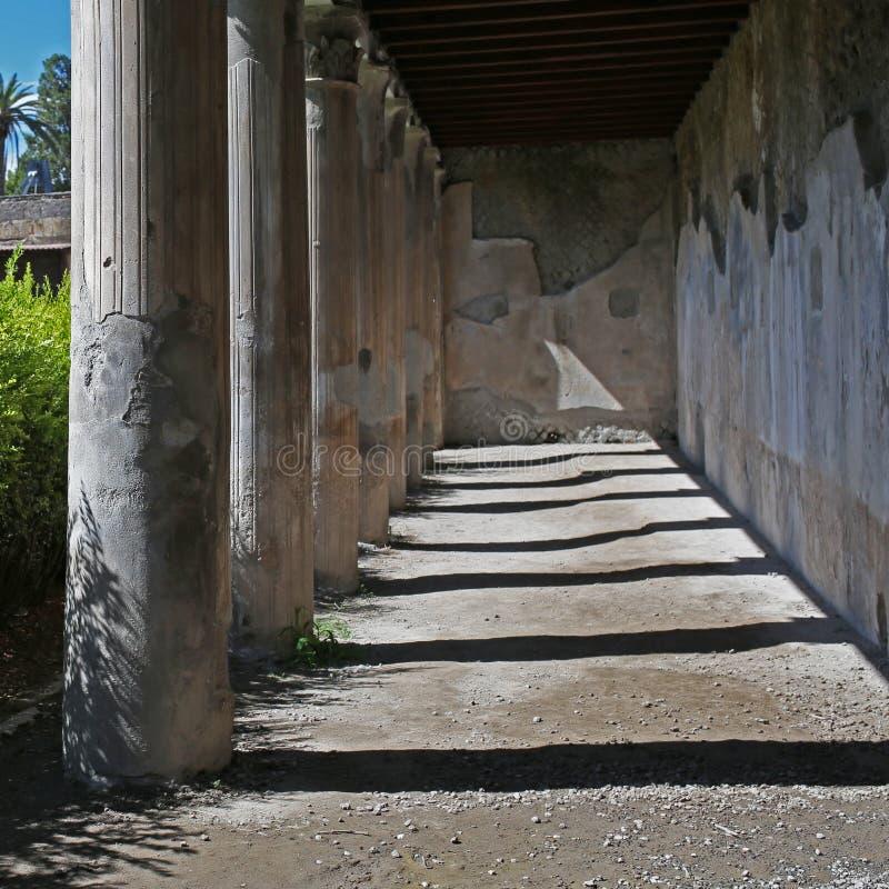 Rovine delle colonne a Ercolano in Italia fotografia stock