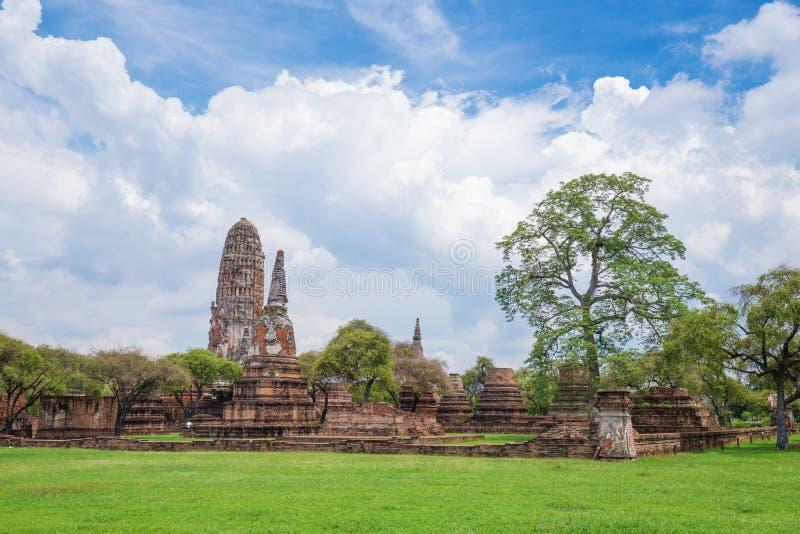 Rovine delle statue di Buddha e della pagoda di Wat Phra Ram a Ayutthaya fotografie stock