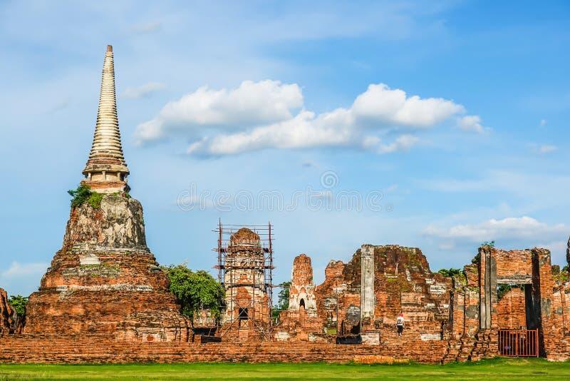 Rovine delle statue e della pagoda di Buddha in Wat Mahathat, si Ayutthaya di Phra Nakhon immagine stock