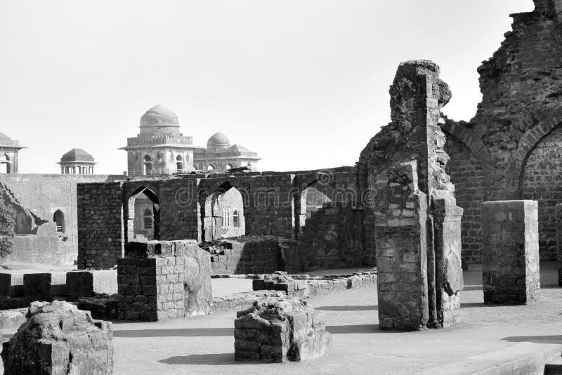 Rovine dentro il complesso del palazzo di Mandu fotografie stock libere da diritti