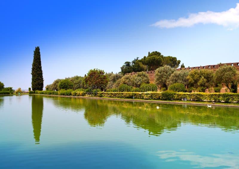 Rovine di Adriana della villa di una casa di campagna imperiale in Tivoli vicino a Roma, da dove l'imperatore Adrian ha governato  fotografia stock libera da diritti