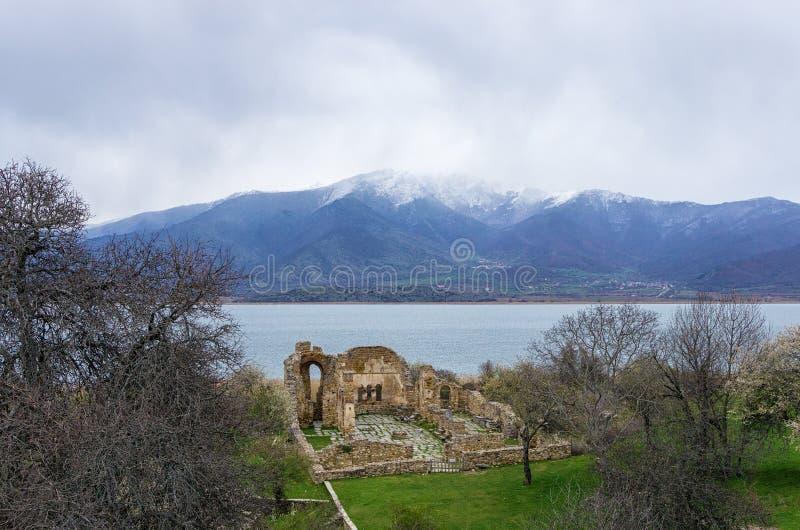 Rovine di Bizantino nell'isola di Agios Achilios, piccolo lago Prespa, Florina, Grecia fotografie stock libere da diritti