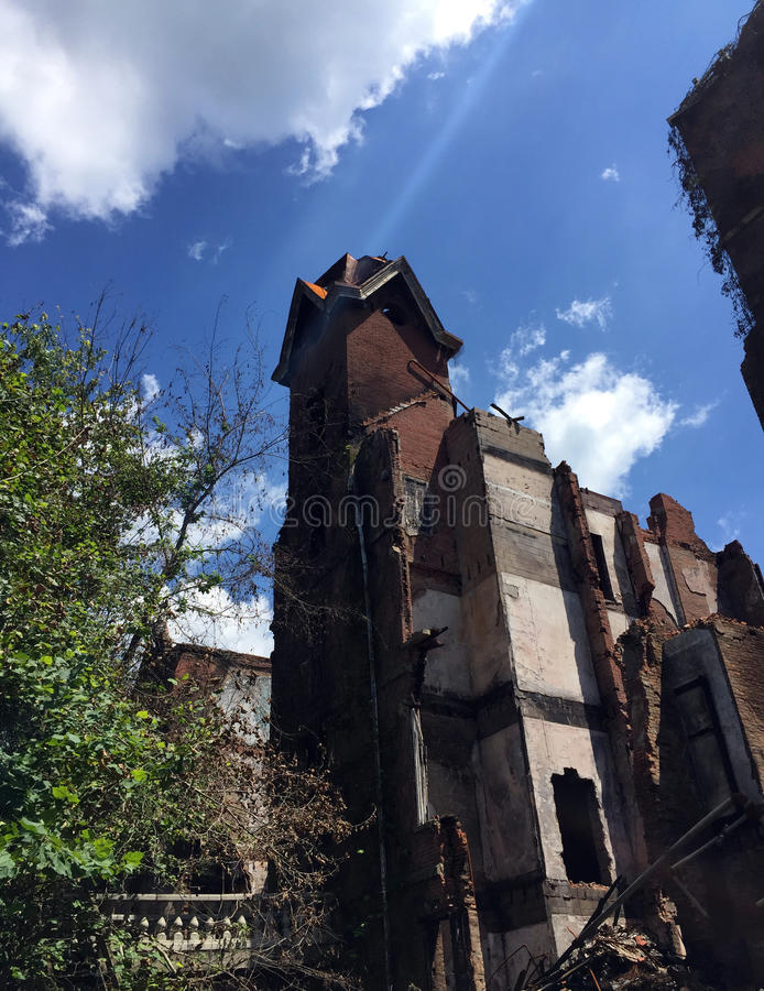 Rovine di grande vecchia torre della casa danneggiata dall'incendio immagini stock libere da diritti