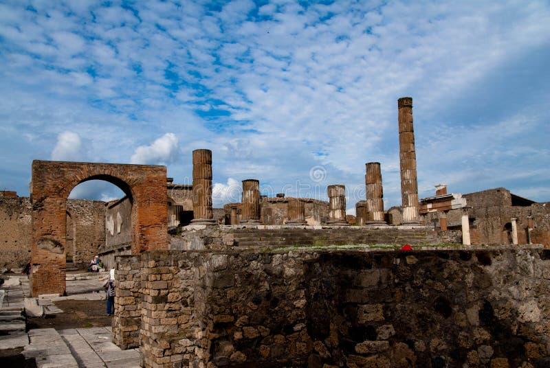 Rovine di Pompei sotto cielo blu fotografia stock libera da diritti