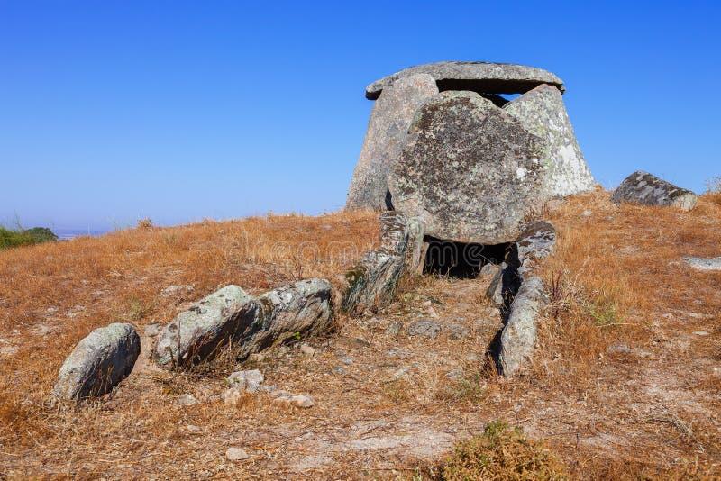 Rovine di precedente galleria di accesso sotterranea del dolmen di Tapadao in Crato immagine stock libera da diritti