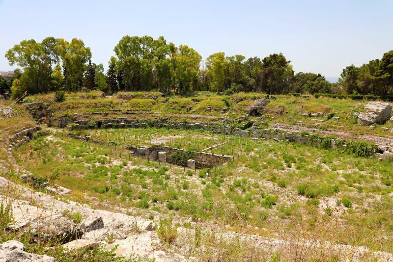 Rovine di Roman Amphitheatre di Siracusa Siracusa, sull'isola della Sicilia, l'Italia fotografie stock libere da diritti