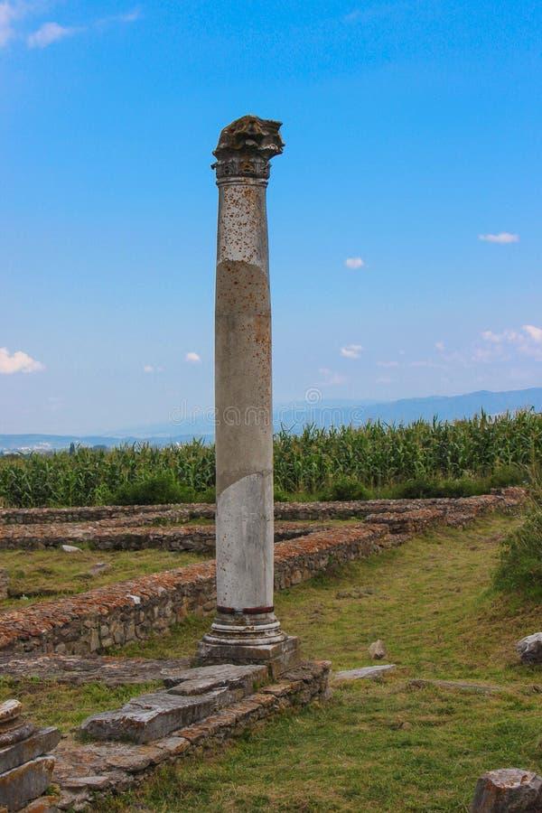 Rovine di Ulpia Traiana Sarmizegetusa - colonna stante immagine stock libera da diritti