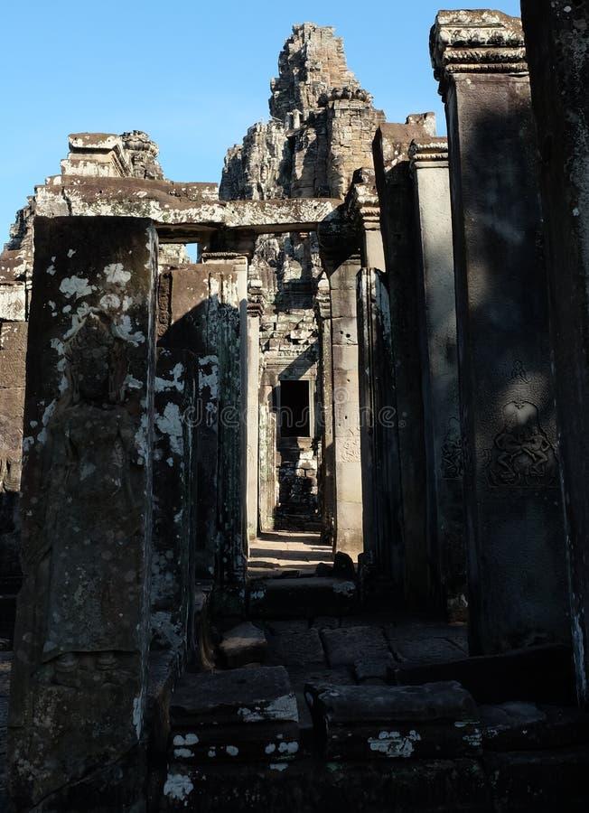 Rovine di un tempio medievale in Sud-est asiatico Costruzioni di pietra abbandonate fotografia stock