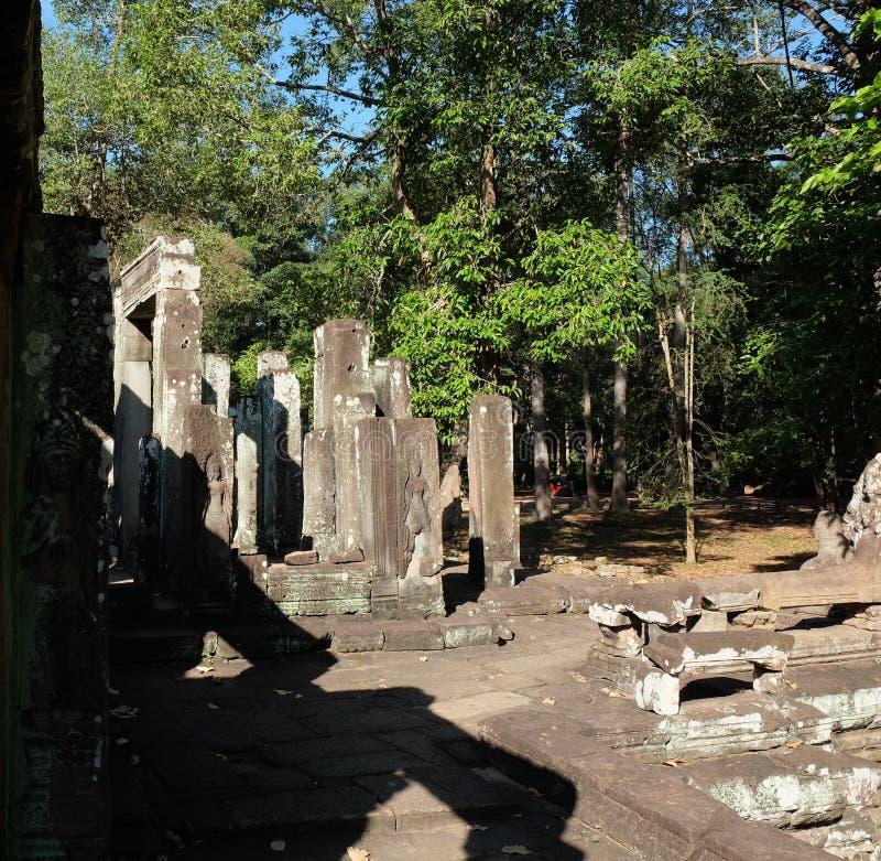 Rovine di un tempio medievale in Sud-est asiatico Costruzioni di pietra abbandonate tempo soleggiato Alberi tropicali immagini stock libere da diritti