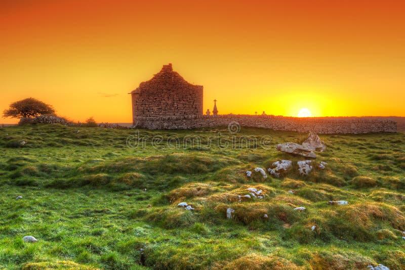 Rovine di vecchia cappella irlandese ad alba immagini stock