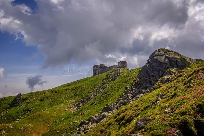 Rovine di vecchio osservatorio di pietra sul picco di montagna Pip Ivan fotografia stock