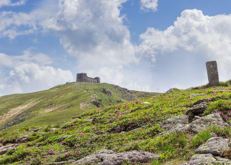 Rovine di vecchio osservatorio sul picco di montagna in Carpathians fotografia stock