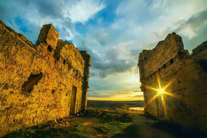 Rovine di vecchio palazzo rovinato al tramonto fotografia stock