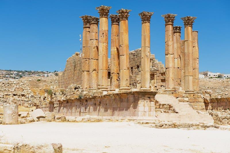 Rovine e colonne del tempio antico di Zeus la città romana di Gerasa Jerash moderno in Giordania immagini stock libere da diritti