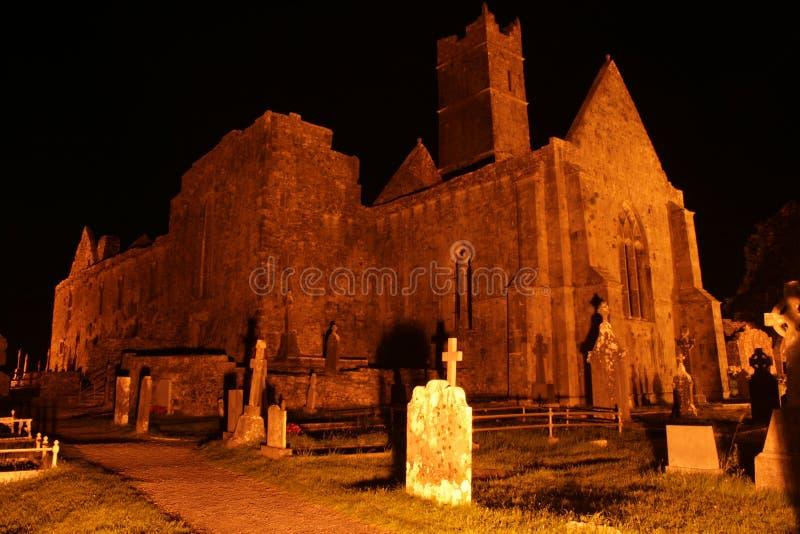 Rovine irlandesi dell'abbazia alla notte immagine stock