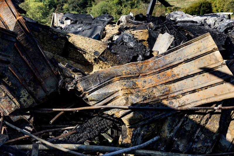 Rovine nocive bruciate del sistema di protezione antincendio distrutto dello spruzzatore in supermercato Assicurazione di ricerca fotografie stock