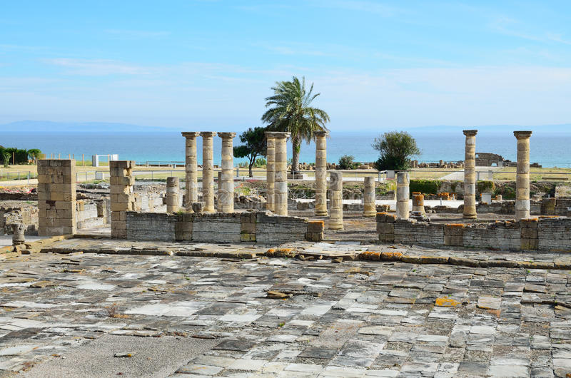 Rovine romane antiche sulla spiaggia immagine stock libera da diritti