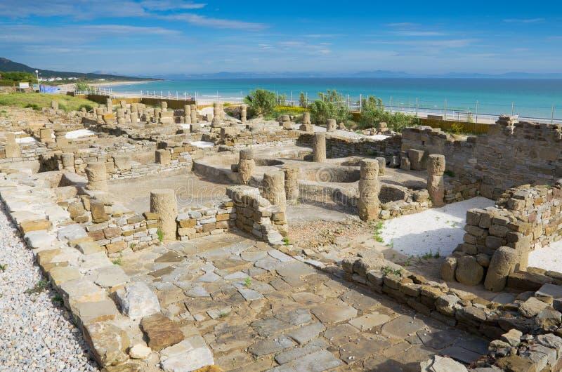 Rovine romane antiche sulla spiaggia fotografia stock