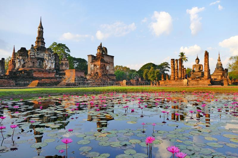 Rovine sceniche del tempio antico di vista di Wat Mahatat nel parco storico di Sukhothai, Tailandia fotografie stock