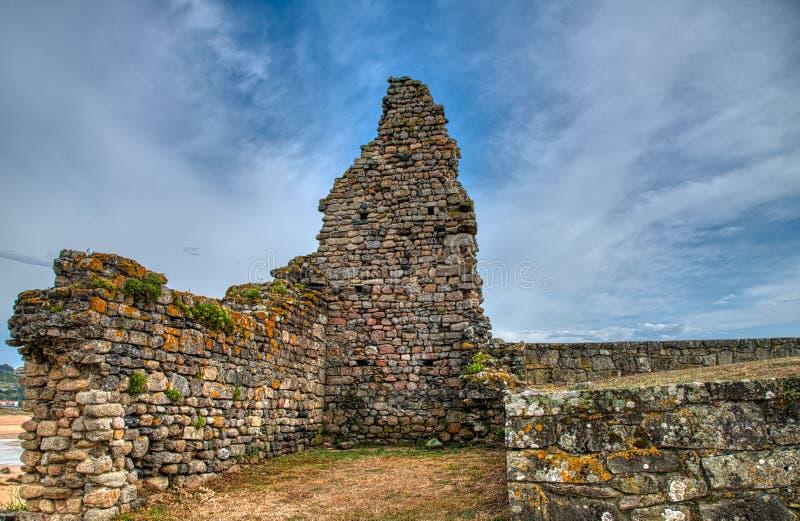 rovine Una chiesa completamente è sprofondato dal suo lato in Noalla Natura, architettura, storia, fotografie stock