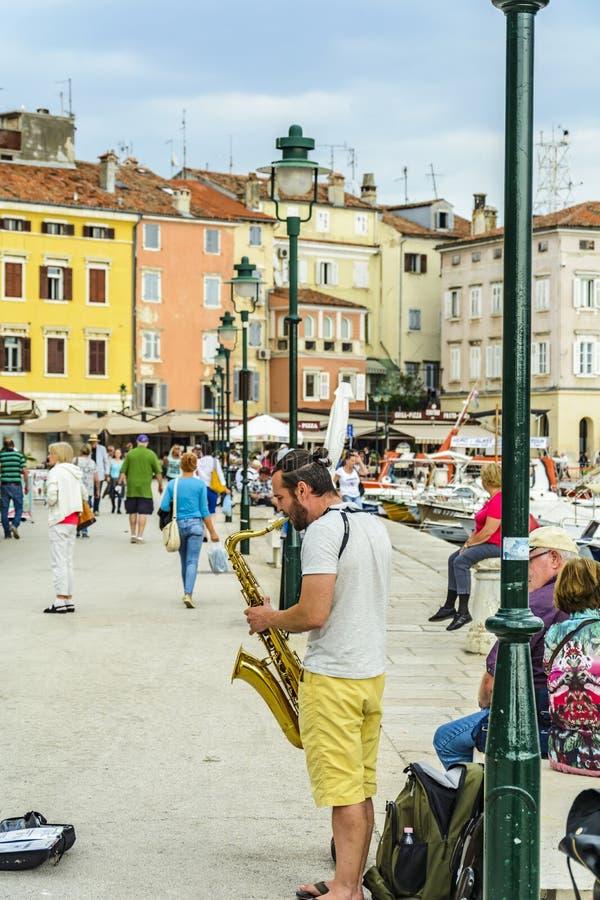ROVINJ, CROÁCIA, O 27 DE SETEMBRO DE 2017: Artista da rua que joga a música fotos de stock